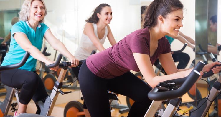 エアロバイクで運動する女性たち