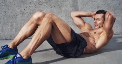 腹筋運動する男
