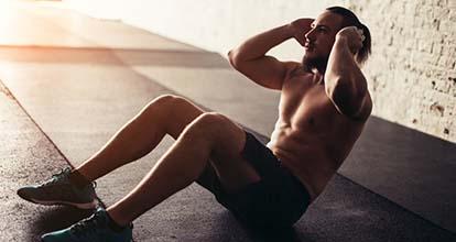 腹筋を鍛える男性