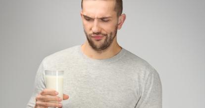 牛乳を飲む