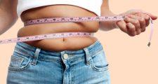 お腹の脂肪をメジャーで測る